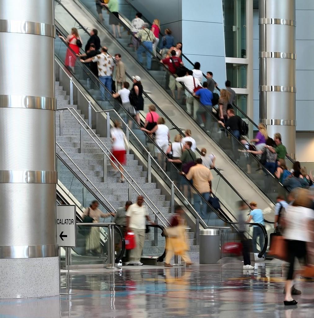 podróżni czekający na lotnisku