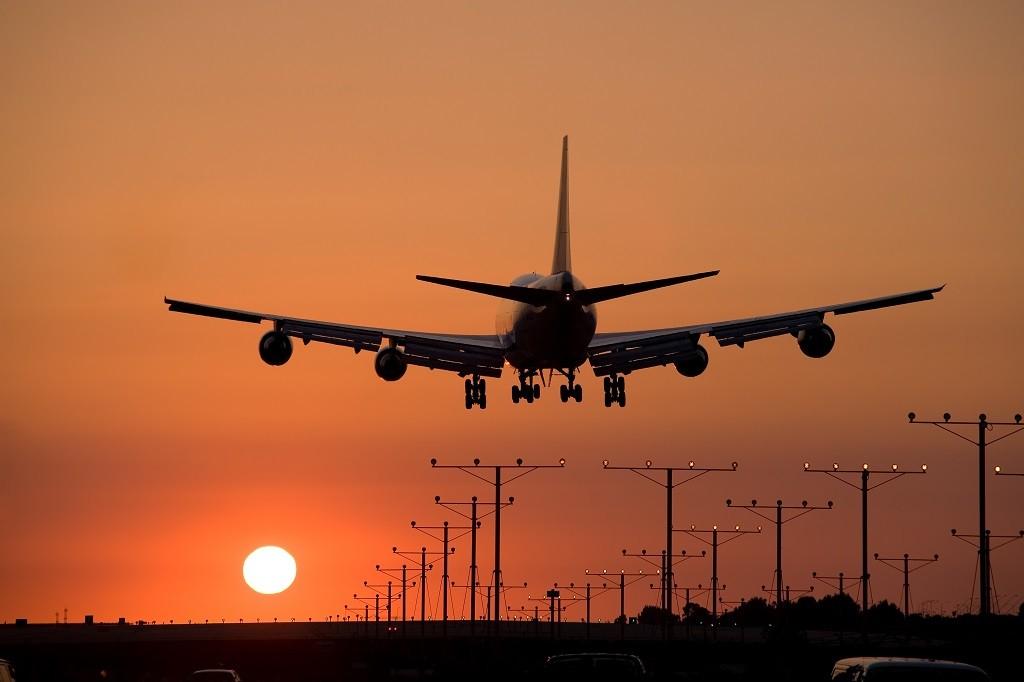 samolot lądujący na okęciu