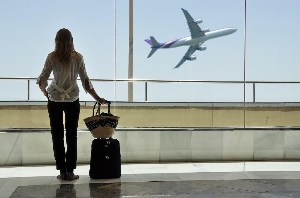 turystka czekająca na swój samolot na lotnisku